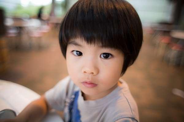 你的孩子不是「你的」!亞洲家長這盲目行為,讓法國老師大嘆不可思議、這才不是愛!