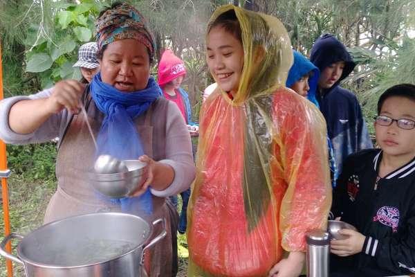 她帶一群廚師環島,到小學給孩子吃最好的野菜!誓言「把台灣的好一口一口吃回來」