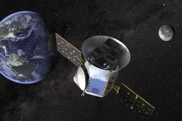 100光年外的「地球2.0」》NASA行星獵人「黛絲」的重大新發現:與地球大小相仿、可能存有液態水的宜居星球