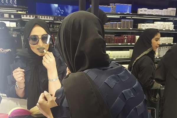 黑色面罩、保守教義都擋不了愛美之心!沙烏地阿拉伯走向開放 女性買化妝品不再手軟