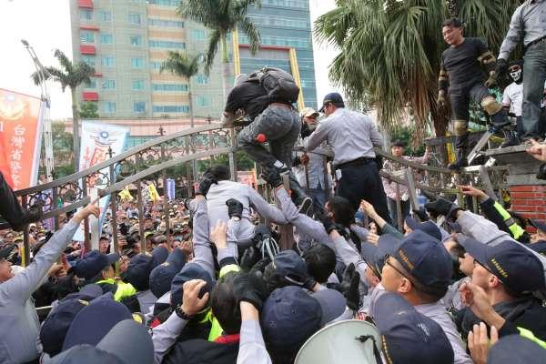 立院衝突警逮捕32名反年改民眾 檢察官進駐市警局