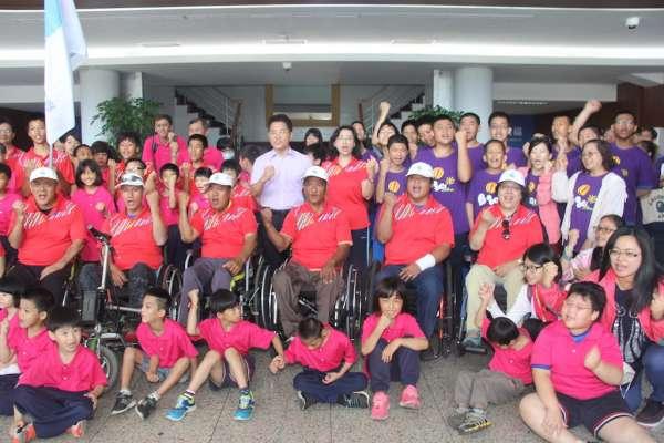 全國身心障礙運動會台東代表隊出發 黃健庭授旗提振士氣