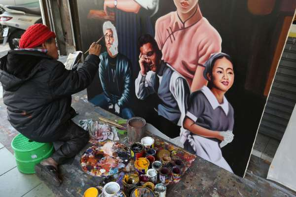台灣人的驕傲!全美戲院國寶級手繪看板畫師顏振發,登上國際媒體BBC版面!