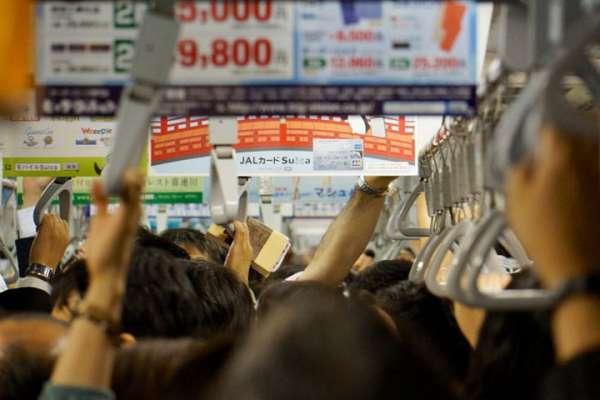 交通禮儀》拿下你的後背包!滿員電車中,最令日本人反感的5大行為,別當失格旅人