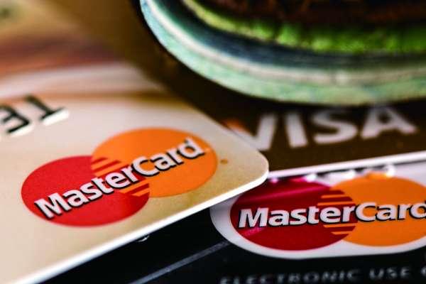 年過50誤入傳銷欠下鉅額債務、撿回收度日!舉牌工婦女這樣還完7家銀行債