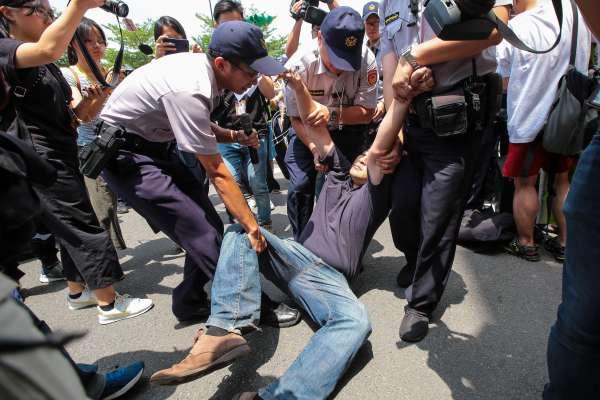 民進黨中常會》反南鐵民眾場外陳抗直衝總統而來 優勢警力抬離