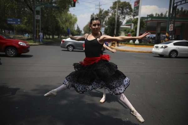 走下舞台,走上街頭》芭蕾舞者搖曳墨西哥街頭 旋轉、跳躍……治癒城市人的「塞車憂鬱」