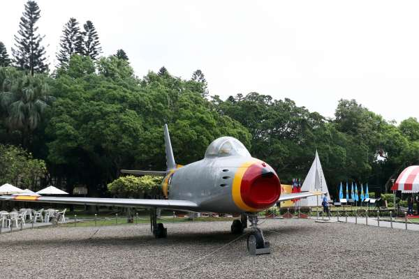 八二三戰役60周年》空戰史上首度以響尾蛇飛彈擊落敵機的「F-86軍刀機」進駐紀念公園
