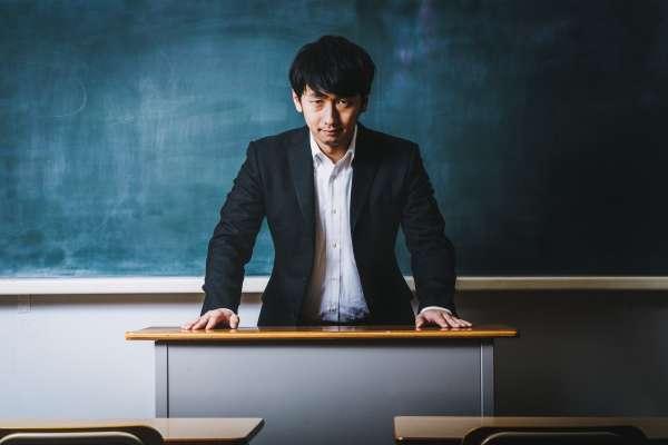 私大畢業苦讀拚研究所,卻換來眾人羞辱!魯蛇翻身成全校讚揚熱血教師,過程讓人跌破眼鏡…