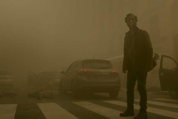 《全面霾伏》翻轉災難片,花都巴黎毒霧滿溢