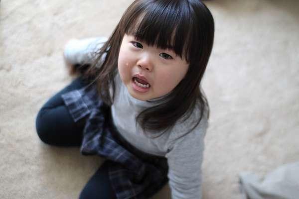 「孩子哭鬧不能馬上抱」否則會寵壞小孩?專家駁斥:不回應孩子哭鬧,才會塑造出焦慮性格