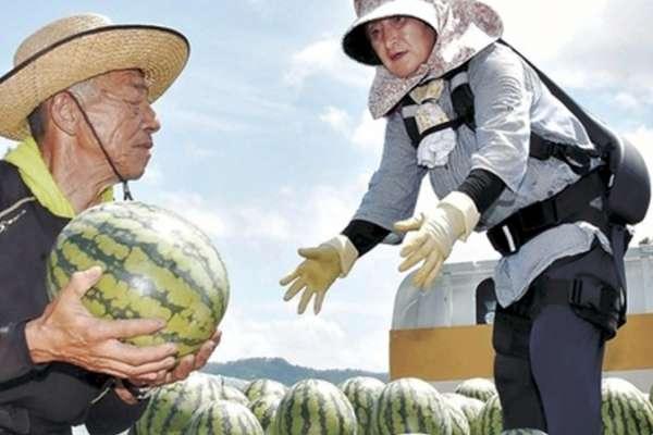 日本引進「外骨骼」撐腰,大大減輕老農搬運重物的負擔