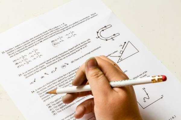 靠死記硬背稱霸全球的新加坡,宣布廢小學低年級考試!揭「星式教育」教改的背後目的…