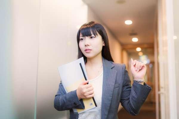 第一天上班該做什麼?過來人:盡可能在公司徘徊、透露自己的過去…裝忙等下班很快就黑掉