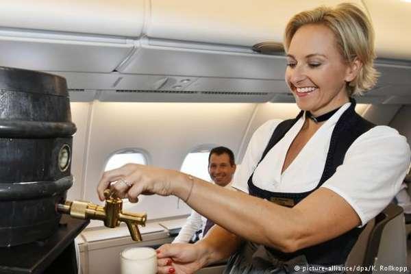飛機上也能喝到桶裝啤酒!空姐換穿巴伐利亞民族服飾,德國漢莎航空歡慶啤酒節