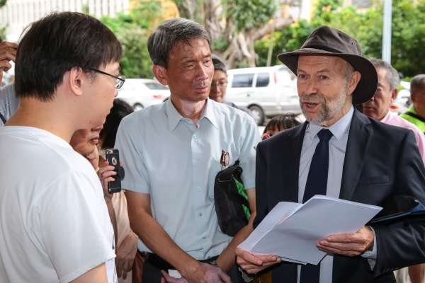 唐獎得主探望黃士修 漢森:年長者不該決定年輕人的未來與環境