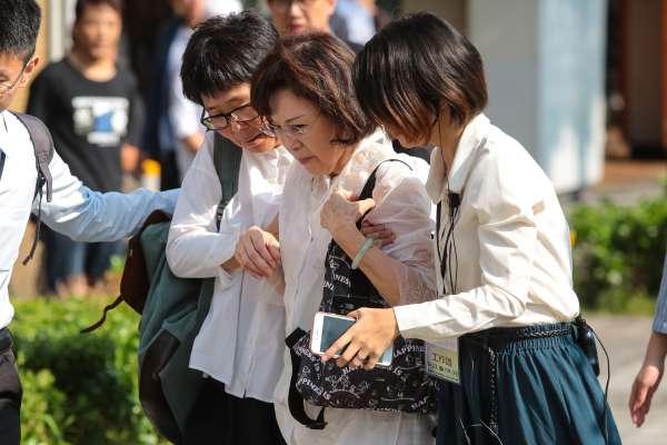 楊偉中追思會》母親讀詩「請不要佇立在我墳前哭泣」遺孀陳以真抱著女兒流淚