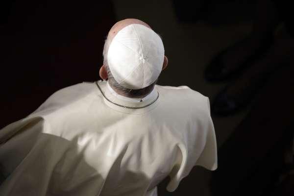 沉默的教宗》神職性侵醜聞分裂天主教會 本篤十六世、方濟各為何不願正面回應?