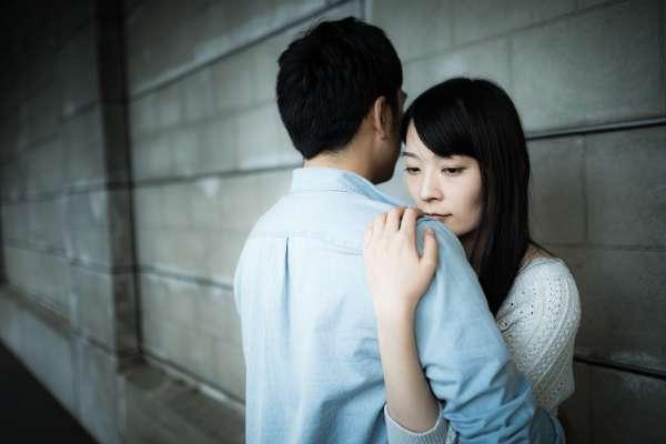 為何不肯跟正宮分手的男人,還有女人死心踏地愛他?心理師用「餘光效應」解析這種心態