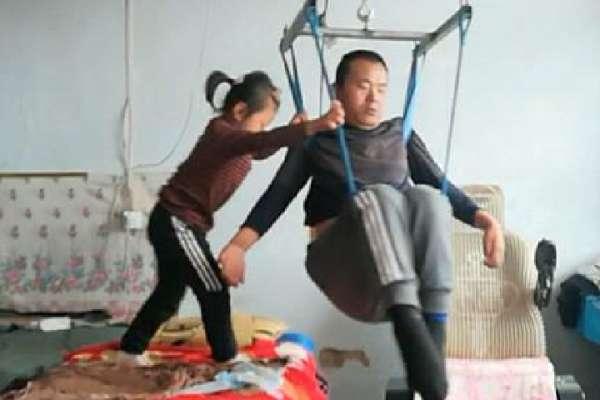 「她用背部墊住輪椅,雙手撐在地上,發抖哭喊:爸爸不能死,你死了我就沒爸爸了」一個6歲女孩與癱瘓父親的故事