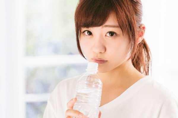 白開水vs氣泡水,哪個真的有助減肥?專家公開「驚人解答」正餐前喝500c.c、3個月少2公斤