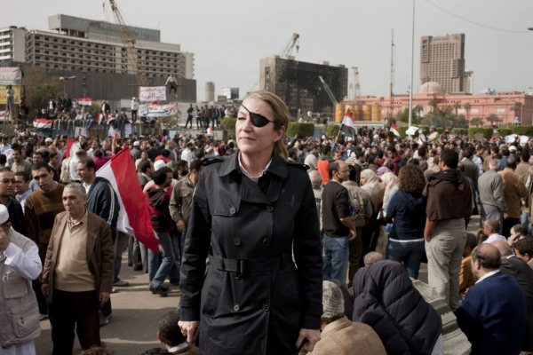 在戰場失去一隻眼睛,死前1天還在連線報導》「這時代最偉大的戰地女記者」瑪麗亞.柯文傳奇一生登上大銀幕