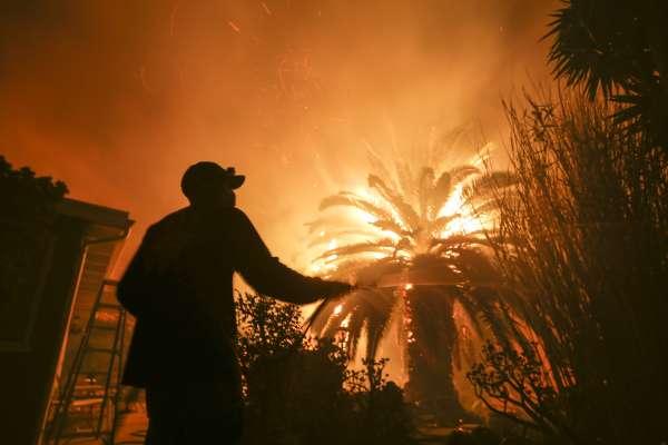 烈焰衝天奪23命!3場野火吞噬數萬公頃土地 燒出加州史上最嚴重災情