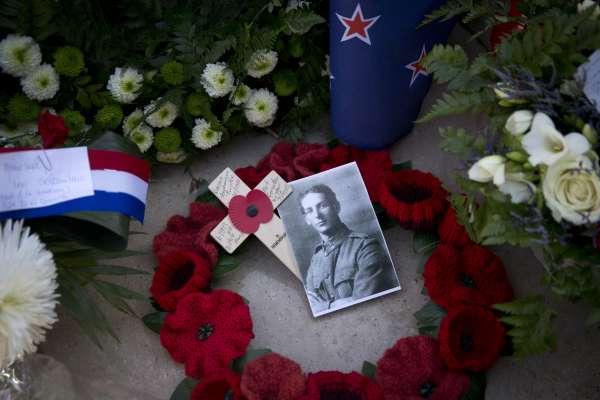 一戰終戰百年》「在弗蘭德斯戰場,罌粟花隨風開放」一朵小紅花如何成為一戰的紀念象徵