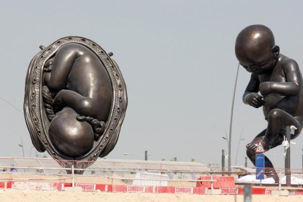一位公主的勇敢決定》中東首座公開展示的裸露雕像 呈現新生命從胚胎到分娩的過程
