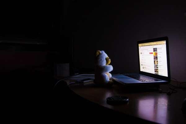 睡覺時到底需不需要關電腦?專家揭「最正確做法」有效延長年限!休眠其實對電腦超傷啊…