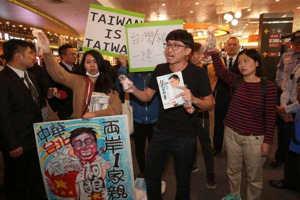 雙城論壇》周波離台,自由台灣黨到場抗議遭架離,怒喊「柯文哲去死」