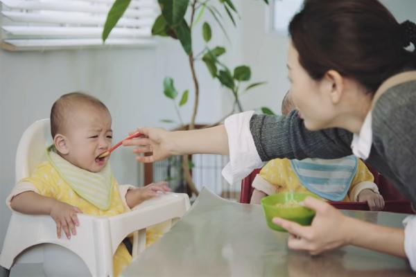 長輩堅持把食物咀嚼過再餵給嬰兒,到底對不對?醫學教授揭「驚人解答」父母一定要看啊