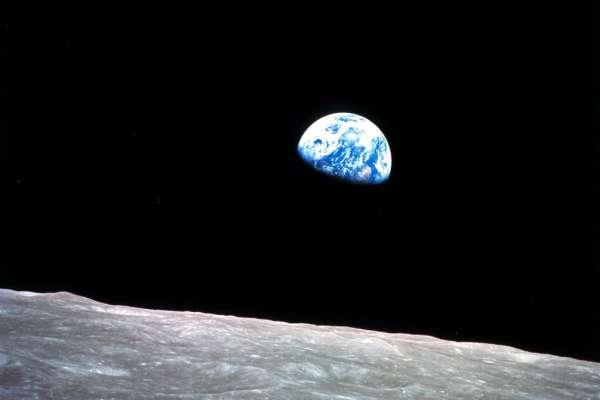 地球人聖誕快樂!半世紀前來自月球的永恆禮物:史上首張「地球升起」照片