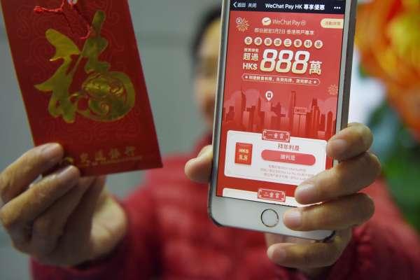 「她舉著手機找了十幾家小店,沮喪地發現,街頭小店只收現金」行動支付落伍,香港急起直追