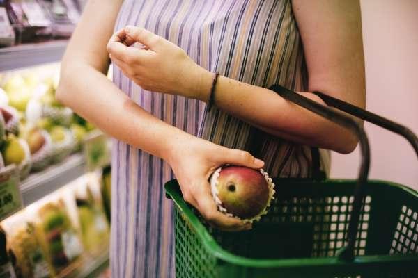 北農群聚感染》桃園全面快篩果菜、農產批發市場!專家提醒:挑選蔬果這動作千萬別做