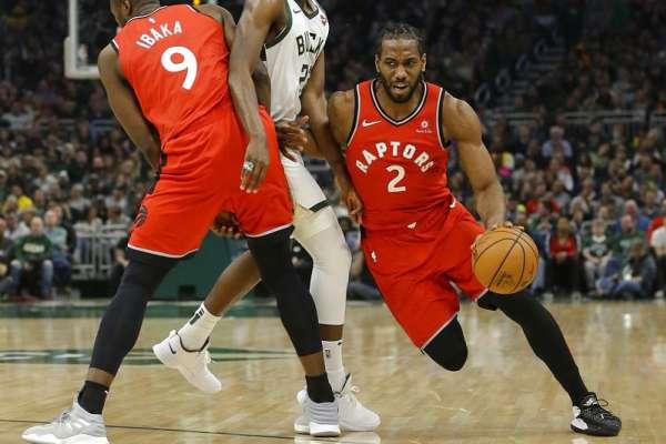 NBA》東區兩強正面對決 公鹿主場播「可愛」謎之笑聲