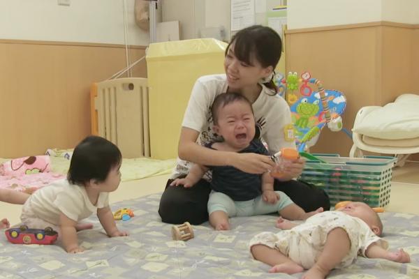 為何每到凌晨1點,小男孩就會自動醒來?日本24小時托兒所,道出職業父母的背後辛酸…