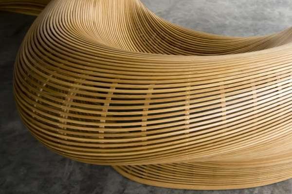 像船一般流線的長椅,竟是以木頭打造,令人震驚的手作木工藝!