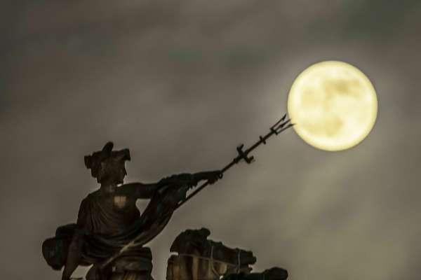 超級血狼月來了!月食、血月加上超級月亮,三大天文奇觀一次滿足
