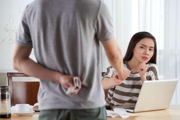 把自己薪水藏起來,卻用配偶收入負擔家裡開銷…專家:「財政不忠」對婚姻危害不下於小三