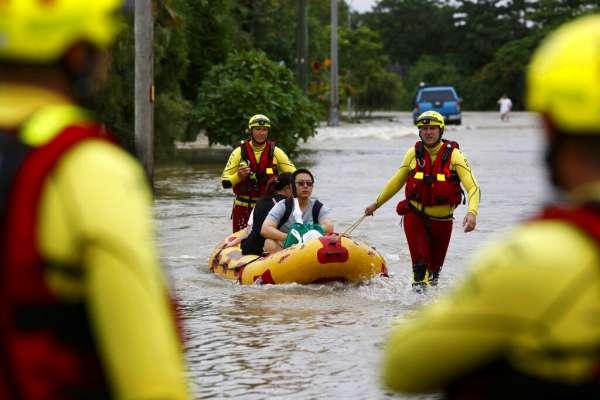 澳洲北部遭百年洪災侵襲,巨鱷、毒蛇出沒住宅區,居民絕望:我們就像待宰的羔羊