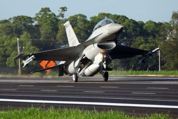 揭仲專欄:美售F-16 鬆綁「防衛性」緊箍咒?