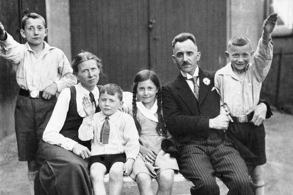 一本納粹育兒聖經,毀了一整代德國家庭!書中「冷酷育嬰法」竟遺害至今、創傷太嚴重