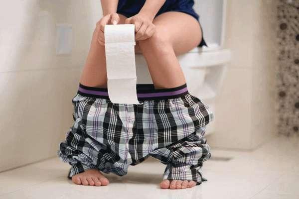 大便的狀態代表你的健康!醫生提醒3警訊:糞便細長像鉛筆、呈現紅色…恐是大腸癌上身