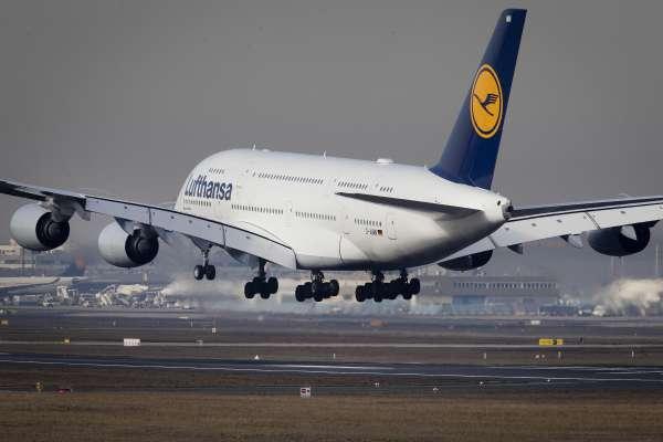 讚譽者稱它「空中酒店」批評者叫它「空中大白象」空中巴士A380巨無霸黯然退場