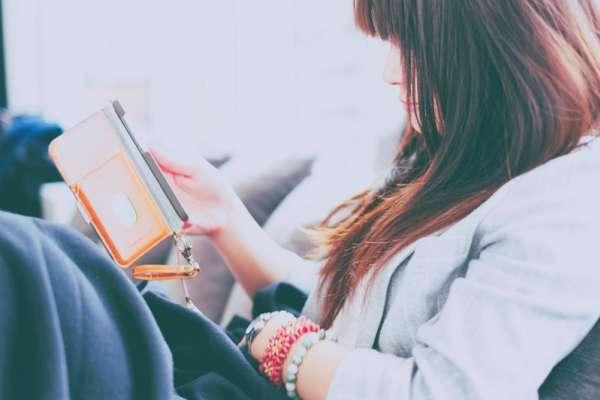 每天花大量時間滑手機、回訊息,大腦根本無法休息!專家道出「靜得下來」有多重要
