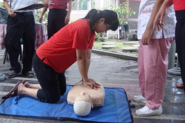 做CPR不敢人工呼吸怎麼辦?醫生解答:掌握這些訣竅,只有「壓胸」也有效