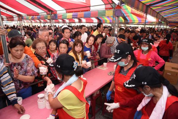 紫南宮吃丁酒 10萬人湧入祈平安