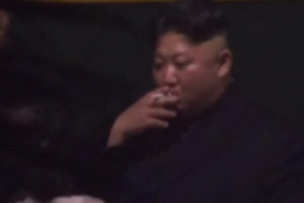 金正恩下車抽菸影片曝光!胞妹金與正忙遞菸灰缸 牡丹峰樂團團長玄松月同行