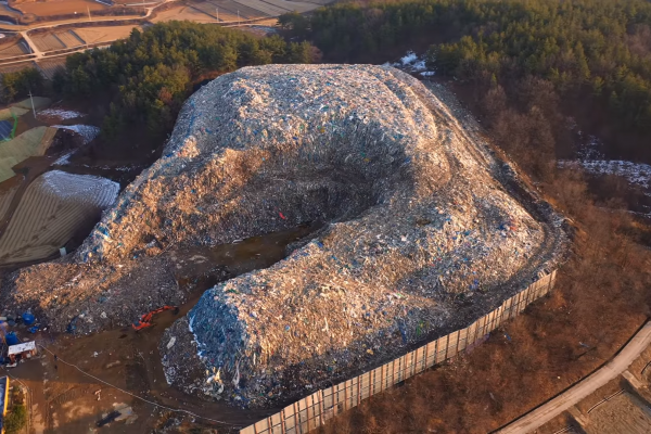 「我們幾乎不開窗,出門只聞得到燒垃圾的味道」南韓為何有一座悶燒三個月的超大垃圾山?